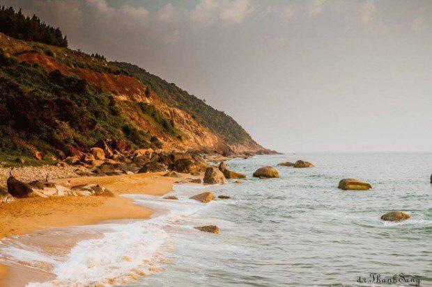 Bãi biển có vách núi đâm ra biển và có làn nước trong xanh