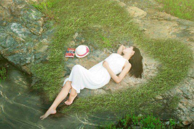Cánh đồng cỏ trở nên xanh mơn mởn, những cánh hoa dại bên đường bắt đầu đâm chồi, những tảng đá vô hồn cũng trở nên hút mắt hơn. Ảnh: Cao Thiên Hoàng