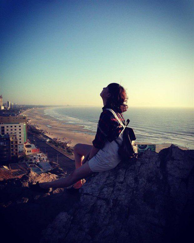 Đến với Đồi Con Heo, bạn sẽ thỏa thích ngắm cảnh, chiêm ngưỡng vẻ đẹp của thành phố biển khi đứng từ trên cao nhìn xuống, đón những cơn gió mát rượi và tận hưởng những giây phút vô cùng yên bình. Ảnh: instagram @phungthicamthu