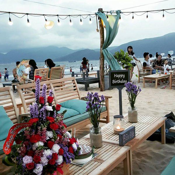 Từng chi tiết nhỏ cũng được chủ quán chăm chút, như đêm ghế ngồi ở khu vực nào thì tương ứng với rèm bạt ở khu vực đó, chai lọ, cốc, nến, hoa cũng được để ý, chọn lựa cầu kỳ.