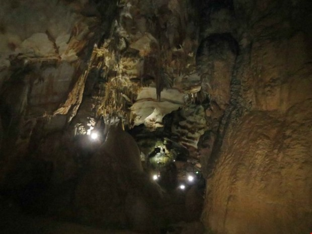 Nếu bạn chưa một lần đi xuyên trong một lòng hang thăm thẳm thì đây chính là ước mơ của bạn để chạm vào thế giới thần thoại của rặng Kẻ Bàng kỳ bí.