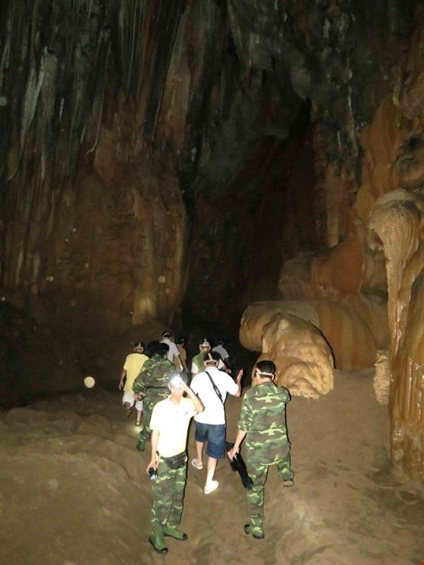 Bên trong nó là những vòm hang lộng lẫy, vô số măng đá đủ hình thù của tự nhiên hàng triệu năm hình thành. So với động Phong Nha thì thạch nhũ ở động Thiên Ðường có nhiều hình thù hơn.