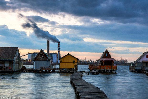 Những ngôi nhà nối tiếp nhau tạo thành các hàng với những ban công trông ấm cúng. Những ngôi nhà này xây dựng trên những cây cột được đóng chìm trong mặt nước và nối với đất liền bằng những cây cầu lót ván.