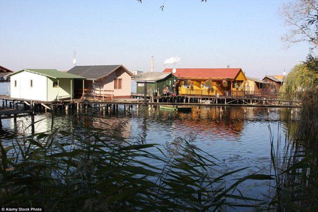 Trong hình là những người dân địa phương đang tắm nắng bên ngoài cabin của họ trên mặt nước. Đây là hồ nhân tạo, bao phủ diện tích 160 héc ta.