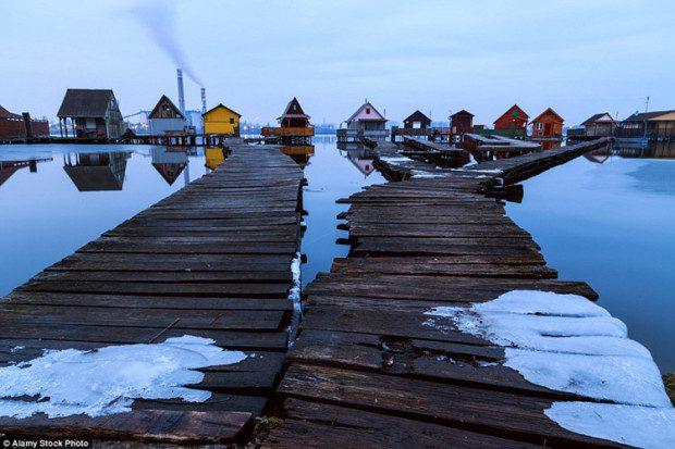 Trong suốt những tháng mùa đông ở Hungary, ngôi làng đẹp như tranh với những ngôi nhà đầy màu sắc nổi bật giữa khung cảnh ảm đạm xung quanh.