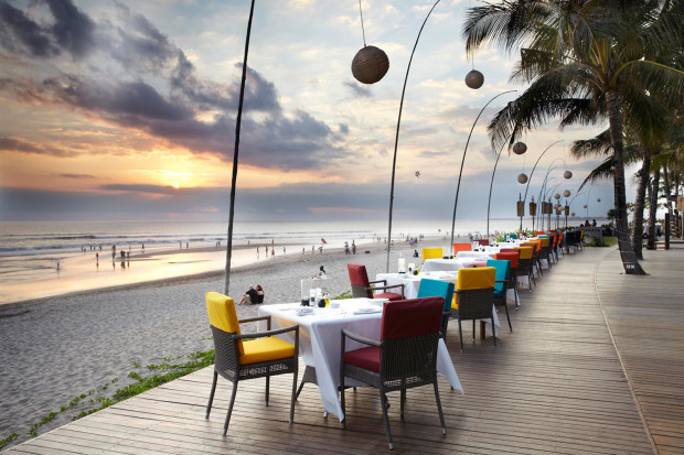 Nhắc đến Indonesia, bạn không thể bỏ qua Bali, hòn đảo nổi tiếng nhất trong số 17.000 đảo của đất nước này. Bali không chỉ nổi tiếng bởi sự đa dạng sinh vật biển, những rạn san hô rực rỡ sắc màu mà còn bởi vẻ đẹp như tranh vẽ của những thửa ruộng bậc thang và nền văn hóa Hindu đậm đà bản sắc. Bên cạnh đó, du khách có thể nghỉ ngơi tại bãi biển Kuta xinh đẹp hay xem biểu diễn nghệ thuật ở vùng Ubud. Đặc biệt, Bali cũng là bối cảnh chính cho bộ phim Eat, Pray, Love (Ăn, cầu nguyện và yêu) - nơi nhân vật nữ chính do Julia Robert thủ vai đã tìm thấy tình yêu của đời mình.