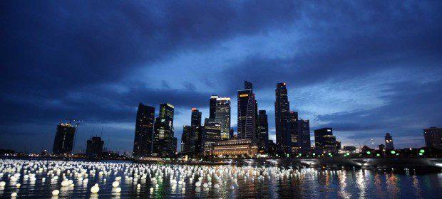Không chỉ là một đất nước hiện đại, trẻ trung, Singapore còn là nơi sinh sống và làm việc của rất nhiều người đủ mọi quốc tịch trên thế giới. Ngoài tiếng Anh, ở Singapore còn phổ biến các ngôn ngữ khác như: tiếng Hoa, tiếng Mã Lai và tiếng Tamil. Tới đây, bạn có thể tham gia vào những buổi biểu diễn ngoài trời ở công viên trung tâm hoặc các bảo tàng, nhà hát, phòng trưng bày nghệ thuật và các câu lạc bộ đêm. Biết đâu đấy, tại Singapore bạn lại tìm thấy một nửa đồng điệu về tâm hồn của mình.