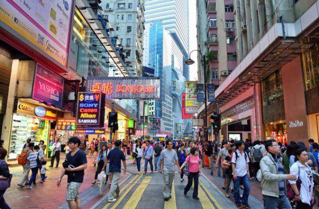 """Tiếng Anh là một trong những ngôn ngữ chính thức ở điểm đến châu Á này. Vì vậy sự khác biệt trong tiếng nói không còn là rào cản để bạn có thể nói lời yêu thương. Hong Kong có đầy đủ các địa điểm có thể làm """"ông tơ bà mối"""" cho các du khách độc thân như khu vực Lan Quế Phường nổi tiếng hay khu vui chơi giải trí Soho. Một buổi hẹn hò lãng mạn tại đỉnh núi Thái Bình và ngắm nhìn toàn cảnh thành phố rực rỡ trong ánh đèn chắc chắn sẽ khiến mối quan hệ của bạn tiến triển tốt đẹp."""