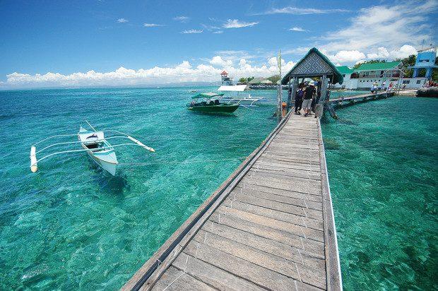 """Là một trong những hòn đảo bé nhỏ nhất của Phillipines nhưng Boracay lại là hòn đảo xinh đẹp và quyến rũ nhất với bãi cát trắng như pha lê mềm mịn, trải dài và nước biển xanh như ngọc vỗ về bờ cát. Đây là một điểm """"phải đến"""" ở Đông Nam Á trong các sách du lịch cũng như trên các trang web hướng dẫn du lịch. Với vẻ đẹp rực rỡ của mình, Boracay được ví như một viên ngọc giữa trùng khơi. Ở Boracay có tất cả mọi thứ bạn có thể mong đợi từ: những món ăn ngon tầm cỡ quốc tế, khách sạn 5 sao cùng những hoạt động giải trí nhộp nhịp về đêm."""