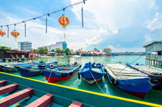 """Nếu là một người thích yêu thích sự lắng đọng, thích lang thang qua những con phố cổ kính thì thành phố Penang của Malaysia là một điểm đến dành cho bạn. Nằm ở eo biển Malacca, Penang không chỉ có những cảnh quan biển, đảo đẹp """"mê hồn"""", mà còn sở hữu một vẻ đẹp văn hoá vô cùng thú vị. Trong không khí nhẹ nhàng, chậm rãi của thành phố này, bạn sẽ có thể thoả chí lang thang của mình, từ các con phố cổ ở Georgetown với những bức tranh nghệ thuật đường phố sáng tạo, những cửa hàng truyền thống, đến những ngôi chùa đặc sắc hay những hàng quán ẩm thực đường phố độc đáo, biết đâu bạn sẽ vô tình gặp được người cùng sở thích tại đây thì sao."""