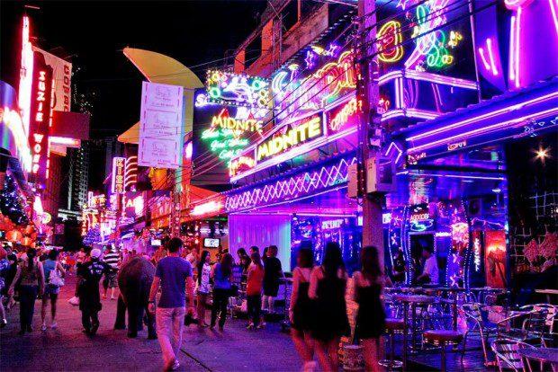 """Bangkok sôi động luôn được nhắc đến như một trong những thành phố thu hút đông khách du lịch nhất trên thế giới. Đi dạo trên những con phố nhộn nhịp, thăm quan những danh lam thắng cảnh… là một trong những địa điểm gợi ý có thể giúp bạn """"tăm tia"""" một cô nàng, anh chàng đáng mến để làm quen. Đồ ăn ngon và cảnh đẹp của Bangkok chắc chắn sẽ khiến câu chuyện của các bạn kéo dài mãi mà không có hồi kết."""