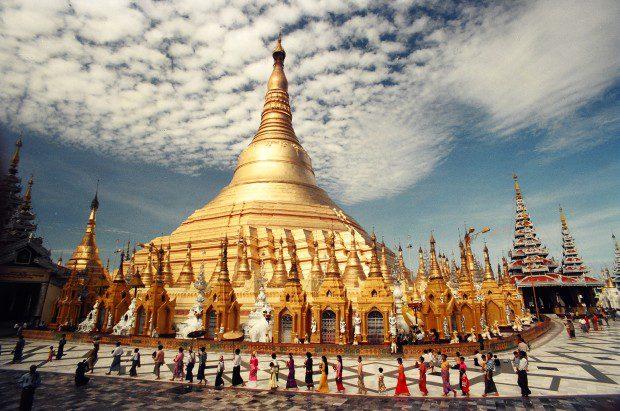 """Cố đô Yangon của Myanmar là một trong những điểm đến hấp dẫn nhất khi đi du lịch ở châu Á. Khi đến đây bạn sẽ hoàn toàn bị chinh phục bởi những hồ nước trong xanh, những công viên rợp bóng cây và những loài cây nhiệt đới xanh tươi. Đây chính là lý do khiến Yangon được mệnh danh là """"Khu vườn của phương Đông"""". Bên cạnh vẻ đẹp ấn tượng của ngôi chùa Shwedagon dát vàng nổi tiếng, đến đây bạn sẽ vô cùng ngạc nhiên vì Yangon có một loạt những khách sạn, nhà hàng tuyệt vời, không thua kém bất kỳ một thành phố phát triển nào khác. Thậm chí, cuộc sống về đêm nhộn nhịp và nhiều năng lượng của thành phố cũng sẽ khiến bạn phải thích thú. Yangon thực sự sẽ mang lại cho bạn một trải nghiệm khác biệt, nơi sẽ cho bạn cơ hội gặp gỡ với những con người thú vị."""