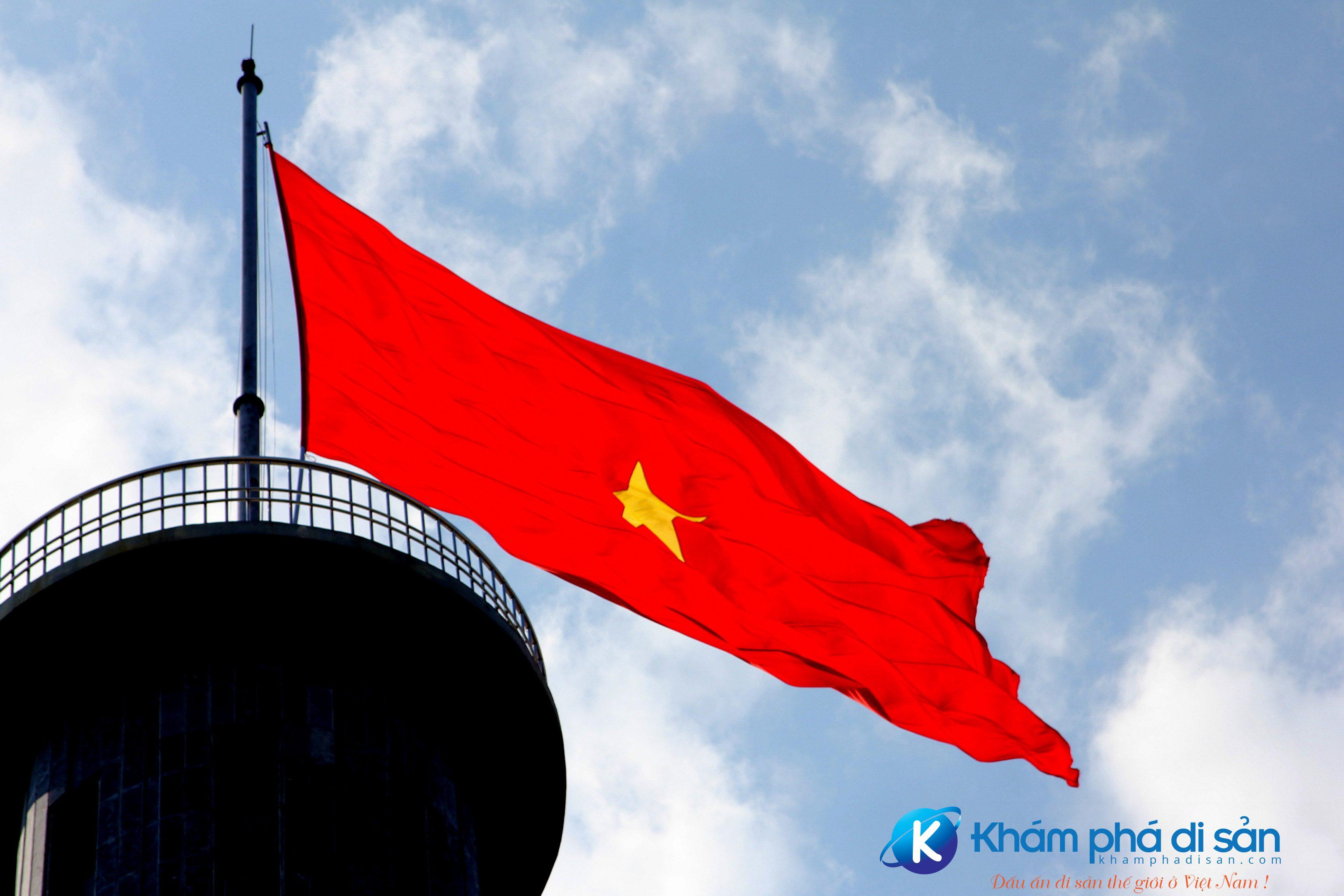 Lá cờ Việt Nam trên đỉnh Cột cờ Lũng Cú