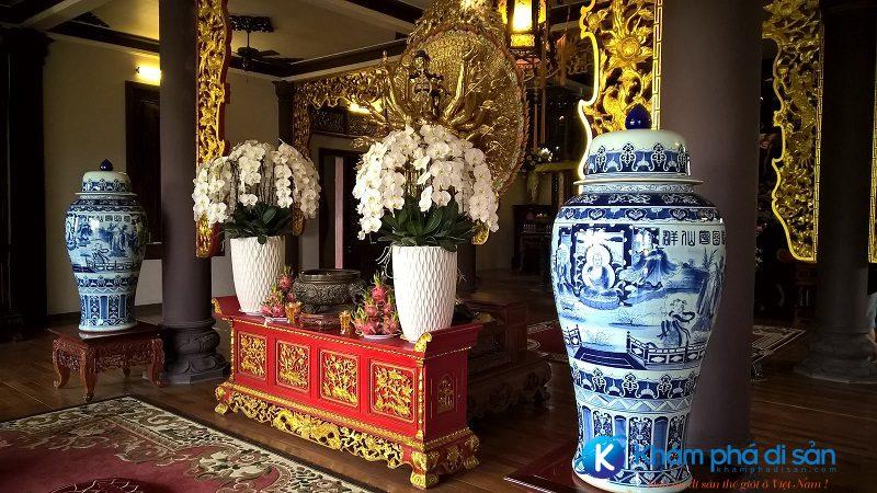 Bên trong chùa Thiên Hưng