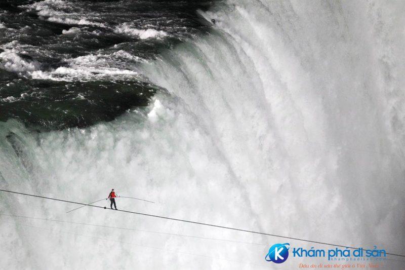Nik Wallenda đi bộ trên dây ở thác Niagara