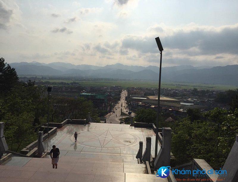 Con đường lên tượng đài chiến thắng Điện Biên