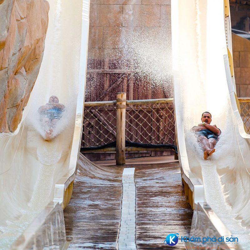 Hai đường trượt song song của Jumeirah Sceirah