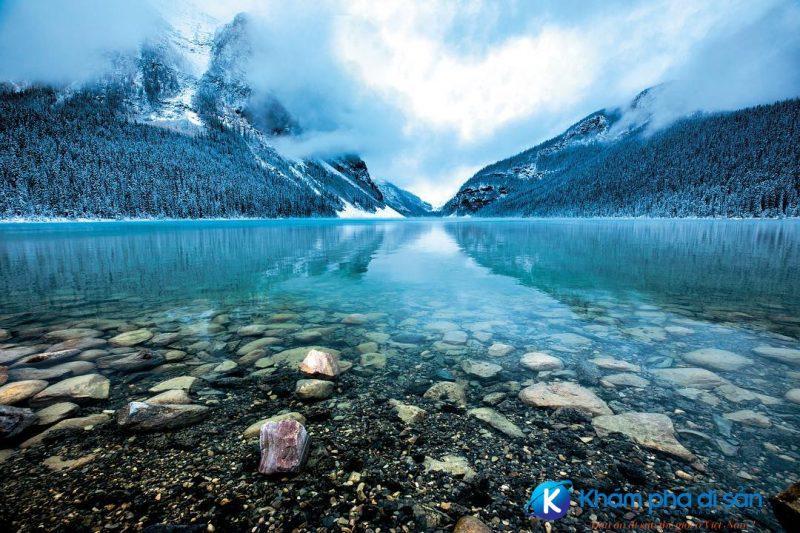 Mặt nước phẳng lặng của hồ Louise
